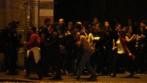 Människor samlas utanför Bataclan.