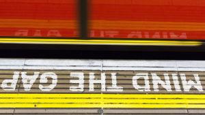 Varoitus metroaseman lattiassa