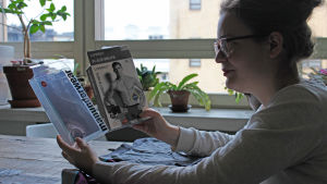 Rinna Saramäki katsoo alushousupakkauksia