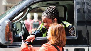 Turisti kysyy neuvoa poliisilta