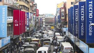 En gata i Nariobi, Kenya, kantas av IT- och mobilföretag.