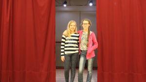 Kaksi tyttöä näyttämöllä