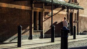 pariskunta seisoo kadulla auringossa