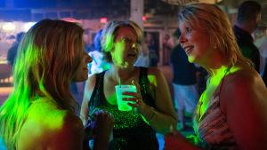 Naiset juttelevat baarissa