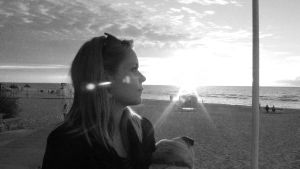Nainen katselee merta