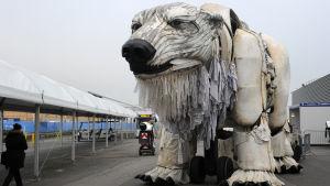 Greenpeacen jääkarhu Aurora Pariisin ilmastoneuvotteluissa.
