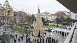 En 16 meter hög julgran av ved i Budapest, Ungern. Veden delas ut till fattiga efter jul.
