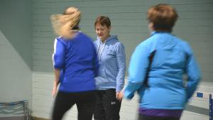 Ann-Katrin Brandtber tränar sina anställda i rörlighetsträning och löpning.