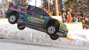 Ralliauto mäessä Rally Sweden -kilpailussa