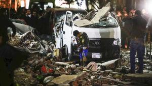 En ung man söker ser på förstörelsen orsakad av en explosion i Egyptens huvudstad Kairo.