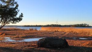 Illustration av lokalproducerande vindkraft på Stora Iglo, sett från Kallviksuddens badstrand.