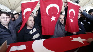 Anhöriga till ett av offren för bilbombsattacken i Ankara under begravningen den 14 mars 2016.