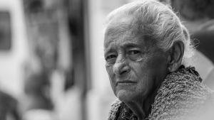 närbild av en gammal dam,en typisk italiensk svärmor