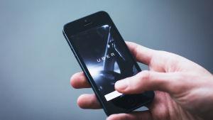 Mobiltelefon i en hand