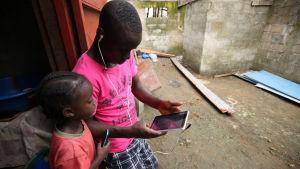 Barn med mobiler.