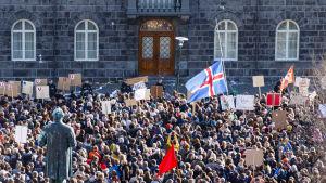 Protester utanför Alltinget i Reykjavik.