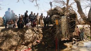 Talibanerna har redan inlett sin årliga våroffensiv. På måndagen dödades minst en person medan sju skdades i en attack mot anställda vid undervisningsministeriet som var på väg till jobbet i Kabul