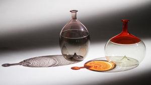 Lasimuseon kokoelmasta kaksi Bollea, lasipulloa