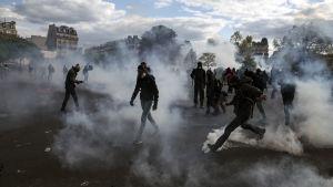 """Maskerade ungdomar drabbade samman med kravallpolis i Paris. Polisen anklagade """"välorganiserade huliganer"""" för kravallerna i flera storstäder"""