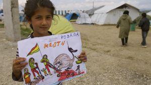 Syyrian Kobanesta paennut tyttö piirsi Isisin hirmuteoista kertovan piirroksen.