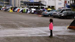 Syyrialainen tyttö Pireuksen satamassa.
