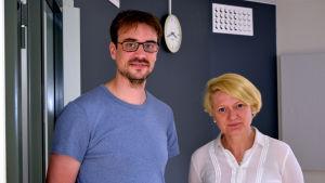 Sören Andersson och Yvonne Backholm på Mediacity står i en korridor och tittar in i kameran.