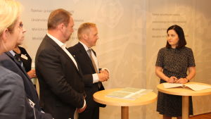 Undervisnings- och kulturminister Sanni Grahn-Laasonen (Saml) tar emot rapport om utbildningsexport 28.6.2016.