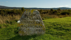 En klangravsten vid Culloden, Inverness. Mellan 1 500-2 000 jakobiter dödades under en timme under slaget vid Culloden år 1746.