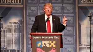 Donald Trump talar inför Detroit Economic Club.