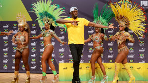 Usain Bolt med dansare bakom sig.