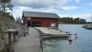 Båtar i hamnen vid Björkholms stugby