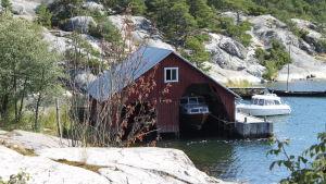 Båtar invid brygga och båthus på Brännskär, Nagu