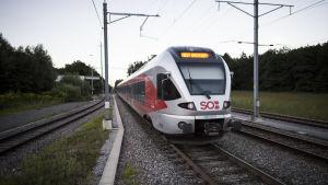 Tåget vid stationen i Salez efter kniv- och brandattacken den 13 augusti.