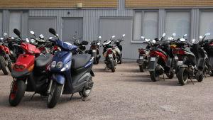 parkerade mopeder