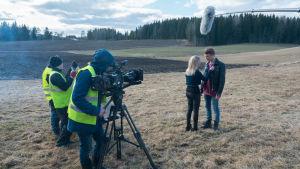 Kuvassa Jimi Aro (Arttu Soilumo), Tuija Haavisto (Fanni Suomi) ja Uuden Päivän työryhmää.