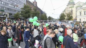 Antirasistisk demonstration på Mannerheimvägen i Helsingfors.