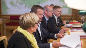 Anu Vehviläinen, Petteri Orpo, Olli-Pekka Heinonen, Joonas Turunen under budgetförhandlingarna i augusti 2016.