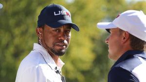 Tiger Woods ser in i kameran.