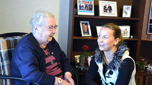 Äldre person på serviceboendet Solglimten diskuterar med yngre person.