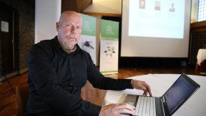 Juha Kuusala tutkii yritysten ALV-verohuijauksia.