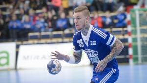 Teemu Tamminen med en handboll i handen.