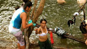 farc-sissit pesevät vaatteita joessa
