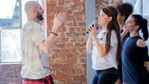 Laulaja Saara Aalto, The X Factor UK kisan harjoitukset (5.kisa), Studio 45 London, Lontoo, UK, 3.11.2016. Pääkoreografi Brian Friedman käy läpi Saaran ohjelmanumeroa.