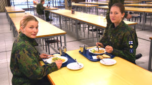 Daniela Wollstén och Laura Ylén i matsalen vid Nylands brigad.