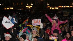Folkvimlet på Senatstorget den 5.12 som lyssnade på Saara Aaltos konsert