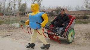 Robot som drar en rickshaw i Kina.