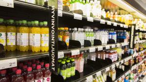 Juomahylly ruokakaupassa