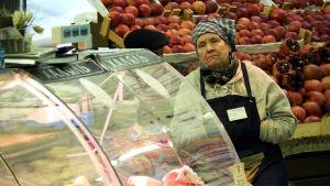 Äldre rysk dam säljer livsmedel på Danilovskijmarknaden i Moskva.