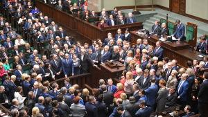 Oppositionspartiet Medborgarplattformens parlamentariker omringar talarstolen då sejmen försökte inleda öppningssessionen 11.1.2017