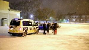 Polisen pratar med ungdomar vid parkeringsplatsen vid Linnajoen koulu i Borgå.